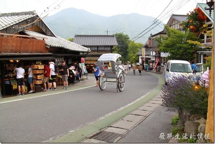 日本北九州-由布院街道。這些人力車經常可以在金鱗湖與火車站之間的鄉間小路上看到其穿梭,也因為這條馬路是這地區觀光客最多的地方。