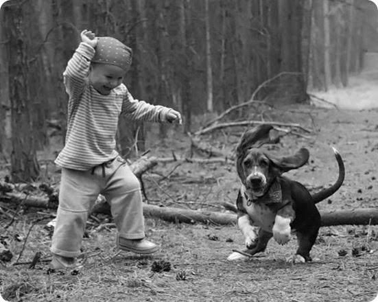 garotinho-e-cachorro-brincando