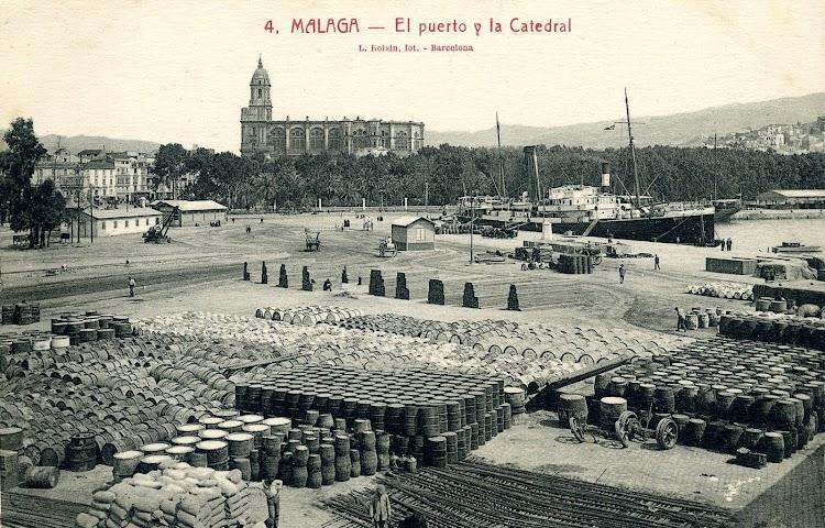 El vapor BARCELO atracado en Málaga. Estupenda foto de ambiente. Postal.JPG