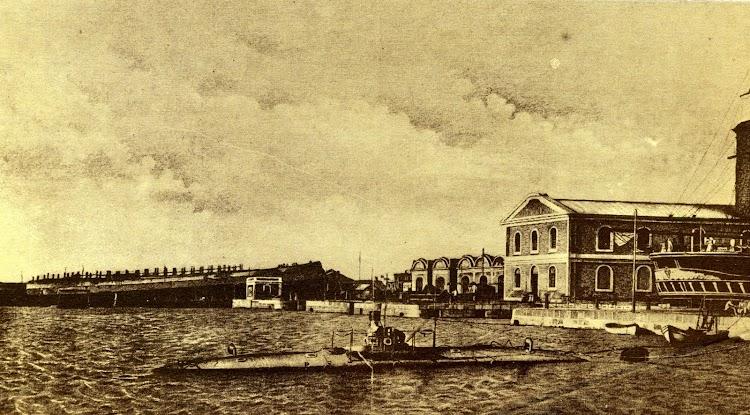 Grabado del submarino PERAL en el Arsenal de la Carraca. Año 1891. Del libro La Maquinista Terrestre y Maritima. Personaje Historico.jpg