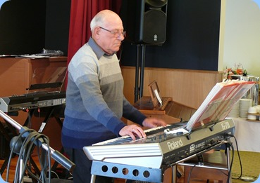 Laurie Conder playing his Roland G-70. Photo courtesy of Dennis Lyons.
