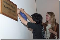 Paula Mantero a momento de la placa que simboliza la integración entre ambas unidades académicas