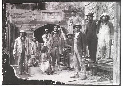 Trabajadores a la entrada de la mina