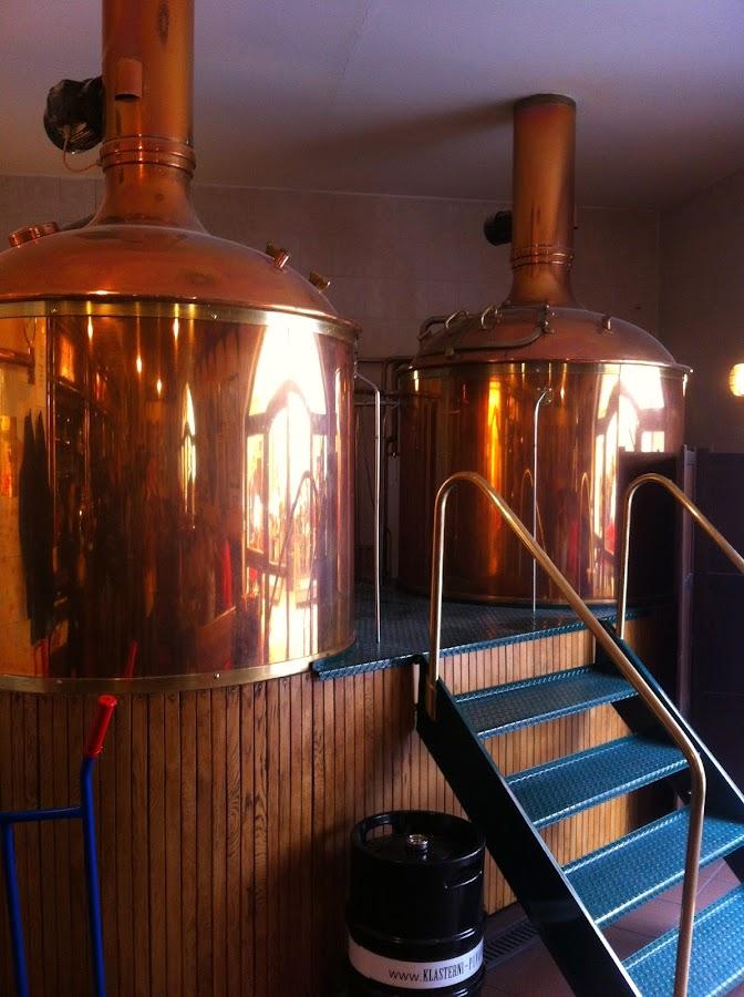 Медные чаны, в которых варится пиво, находятся прямо в баре