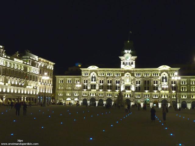 plaza-de-la-unidad-iluminada-de-noche.JPG
