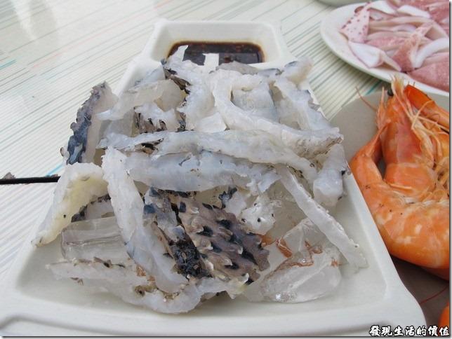台南-廟邊海產。涼拌河豚皮(台語叫做『刺龜皮』),這就是朋友念念不忘的美味,老實說個人吃起來的感覺有點像是冰鎮過的雞軟骨,因為下面鋪了一層碎冰,吃得時候有點軟軟脆脆的感覺,這是一道涼拌菜,朋友說其膠質很多,富含營養。