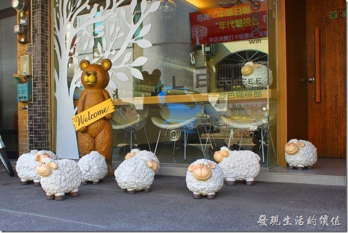 台南-L+B_Coffee綠色咖啡館的大門,店老闆看到我們喜歡拍照,索性好人作到底,把原本擺在室內的小羊統統趕到室外來讓我們拍照,真的的感恩~