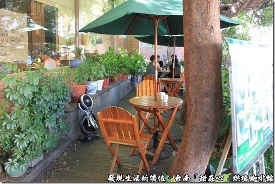 台南甜在心烘培咖啡館,咖啡館的外邊其實還有露天咖啡座,可以給想要抽煙的客人,但炎炎夏日,當然還是選擇有冷氣的室內喝咖啡較舒服啦!