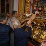 """A Riace, in provincia di reggio Calabria, si svolge  nei giorni 25 e 26 settembre la festa dei Santi Cosmo e Damiano, secondo la tradizione medico e farmacista, che curavano i bisognosi senza farsi pagare.<br /> In questo caso i giorni sono stati sabato e domenica.<br /> la festa è anche conosciuta come la """"festa degli zingari"""", data la devozione dei Rom a San Cosmo ( San Cosma o San Cosimo).  San Damiano i Rom non lo considerano affatto.</p> <p>La festa è un pellegrinaggio che inizia il 25 e termina il 26 con la processione. La chiesa rimane aperta tutta la notte ed i fedeli dormono in chiesa (""""incubatio"""" per i colti, riparo per la maggioranza).<br /> Il pellegrinaggio c'è effettivamente ed è svolto a titolo personale, non ho notato gruppi organizzati se non nell'ambito familistico<br /> fotografia di Marco Marcotulli<br /> © Inf.o.l. s.a.s.<br /> via Bartolomeo Centogatti 21<br /> 00176 ROMA<br /> +39 3282085225<br /> marcotulli@inwind.it<br /> TUTTI I DIRITTI RISERVATI<br /> -------------------------------------------------<br /> Acquisizione da parte del Museo Nazionale delle Arti e Tradizioni Popolari con contratto Rep. 456 del 05-02-2007<br /> riferimento offerta del 14-02-2006 prot. 805 dell'1-03-2006"""