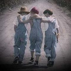 Amizade - 3 meninos abraçados e caminhando.