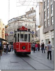 Tram original du début du XX ème siècle qui relie la place du Tünel (arrivée du funiculaire) à la place Taskim.