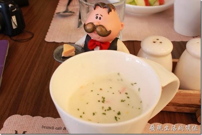 台南-巴娜娜早午茶趣。濃湯(套餐)。內容有玉米、紅蘿蔔,湯頭還蠻鮮甜的,但建議加點胡椒比較能提味。