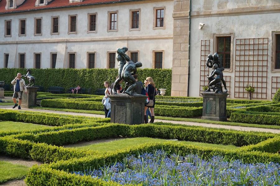 Аллея бронзовых статуй