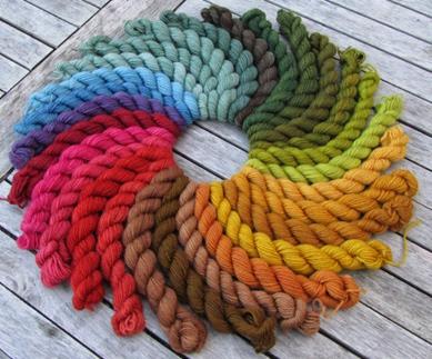 Pflanzenfärbungen auf Sockenwolle