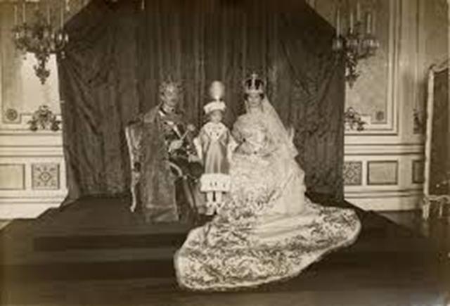 Coronación en Budapest de Carlos y Zita, junto a su hijo Otto
