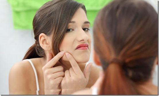 Menina-apertando-espinha-no-rosto