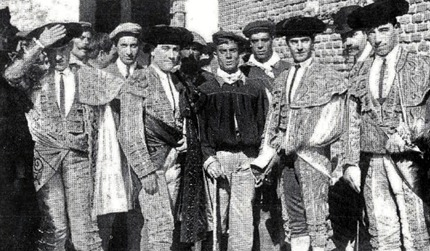 1908-05-24 (p. 28 Nuevo Mundo) Corrida de Beneficencia Foto toreros