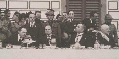 Mussolini in un banchetto ufficiale all'aperto