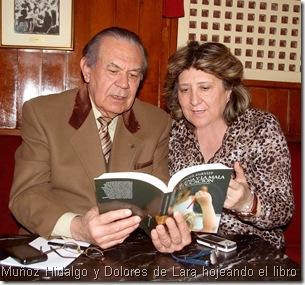 Muñoz Hidalgo y Dolores de Lara hojeando el libro