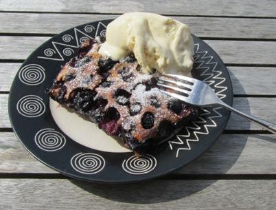 Heidelbeer-Clafoutis mit Vanilleeis