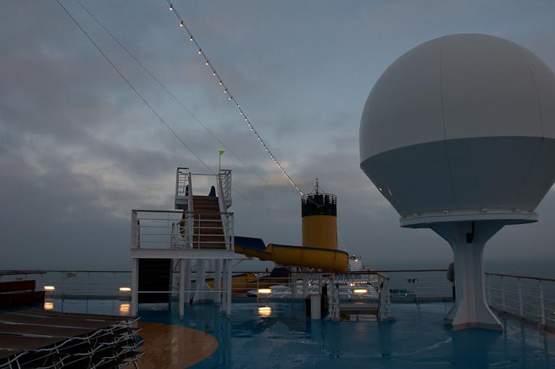 Третий день. Casablanca. Morocco. Круиз. Costa Concordia. Эти защитные шары для спутниковых антенн добавляют лайнеру какое-то сходство с космическим кораблём.