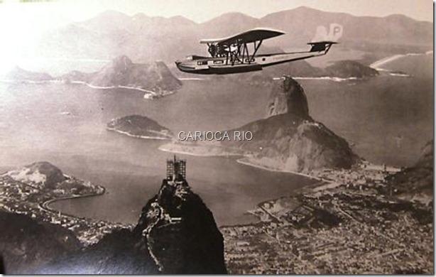 Avião da PanAm sobrevoa o Rio de Janeiro com o Cristo Redentor em construção. Foto de 1929 ou 1930.