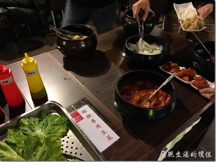 台北-紅通通韓國平價料理。點好餐之後就可以開始享用餐廳所準備的小菜了,這裏的小菜必須自己取,我的手腳稍微慢了一點,大部分的小菜就被拿光,還好餐廳的服務人員馬上就補上了。
