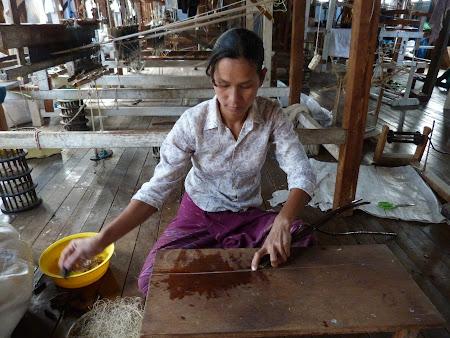 Traditii Myanmar: tesatura din trestie