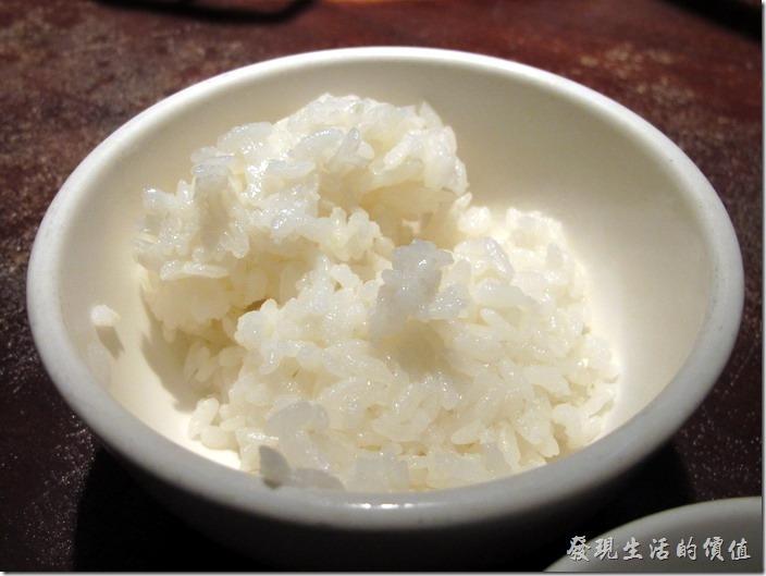 台北-鼎王長安東店,晶瑩剔透的白米飯是一定要吃的,建議可以光吃白飯體驗一下純白米飯的香氣,再跟火鍋料一起食用。
