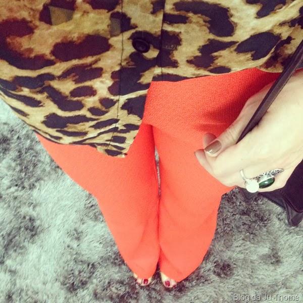 look calça flare laranja e camisa animal print (2)