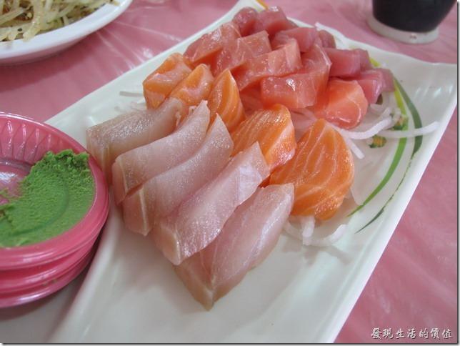 屏東後碧湖-昇日全平價海鮮。生魚片,NT$100(小)。這盤生魚片足足有20片之多,只要NT$100。而且還可以隨客人喜好增減生魚片的種類及片數,總數一樣維持20片就是了。這生魚片雖然不是頂級的部位,感覺有點像平常自家宴客辦的黑松大飯店的生魚片,只差沒有把魚頭給端上桌而已。
