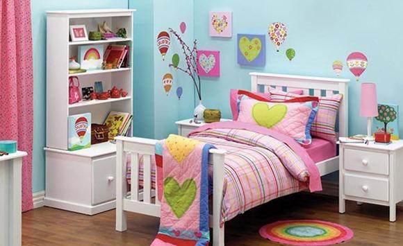 dormitorio se ve tan alegre y brillante.