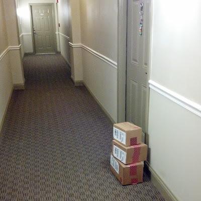 廊下に積まれたダンボール