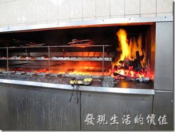 巴西窯烤OK-Grill。店家看到我們是外國人,所以讓我們進廚房參觀他們如何烤肉,現在的烤肉都改成現代式了,不過依然使用炭火來維持其香味。