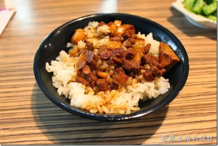 花蓮-四八高地。滷肉飯,NT$25。感覺飯量有點少,上面淋上肉燥,還有一小塊的豆乾,如果光吃滷肉飯,感覺稍微有點鹹,應該還是要配著花枝羹一起吃才比較合胃口。