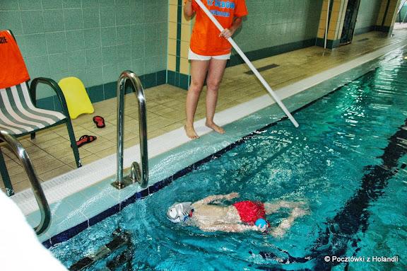 Doskonale już radzę sobie w wodzie - pani na brzegu, ja w basenie