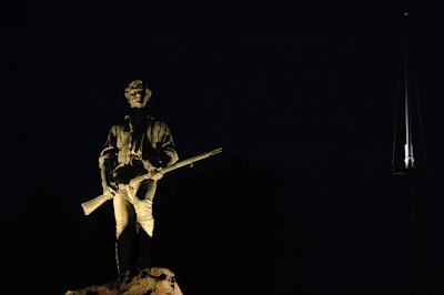 夜明け前のミニットマン像