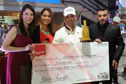 Fidel Barrios, ganador del 1er lugar Profesional, con Olga Palau, Mariela Celis y Anthony Medina