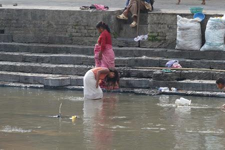Se spala la cap prin balta mizerabila in Nepal