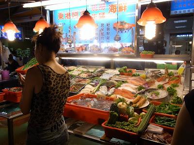 海鮮屋さん。好きなのを選んで、料理方法も選べますよ。