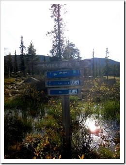 Nyare skyltar bredvid. Notera avståndet härifrån till Kvikkjokk, det är alltså en kilometer längre att gå härfrån dit än tvärt om. Mysko. Tråkigt att man låter skyltarna förfalla så. Enligt GPS:en var det bara drygt 16 km hit dessutom.