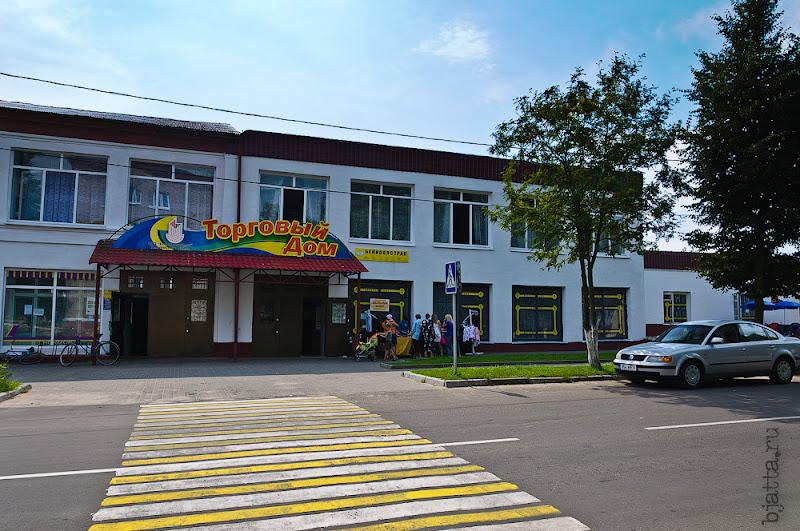Сразу за училищем - торговый центр с уже работающим школьным базаром.