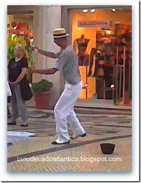 Sambista brasileiro em seu show de rua, na Baixa lisboeta.