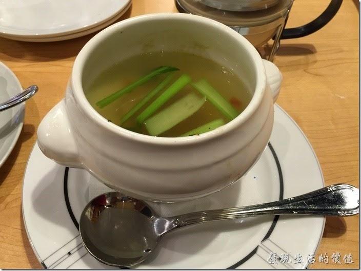 台北南港-古拉爵。A套餐的湯品-香菇素菜湯,所有的湯品選擇中只有這道是清湯,裡頭的用料跟菜單上的照片比起來少很多,不過湯頭真的不錯喝,有香菇的清甜。另外還有洋蔥湯、蔬菜湯、巧達濃湯、牛肝菌奶油濃湯、酥皮玉米濃湯、牛肉湯可以選擇。