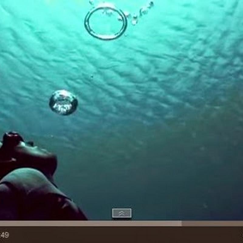 """Ελεύθεροι δύτες δημιουργούν  """"Walking on Water"""" Illusion"""