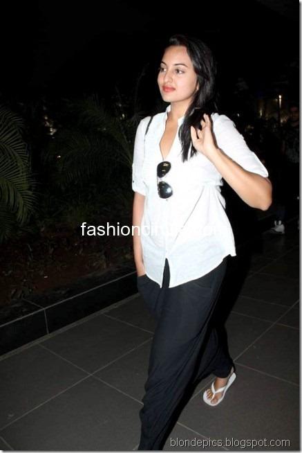Sonakshi Sinha Hot Pics at Airport 1