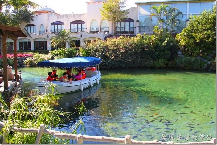 花蓮-理想大地渡假村。運河裡有許多又肥又大的烏鰡悠遊期間。