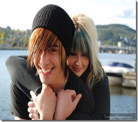 emo-couple-back-hug-cute-emo-girl-and-boy-smile