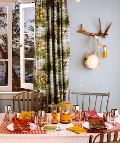 Thanks to mix-n-match chairs, lanterns, and bandanna place mats, this room screams camp.(blueprintmagazine.com)
