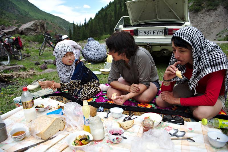 La masa cu o familie de etnie chinezeasca din Kazakhstan.
